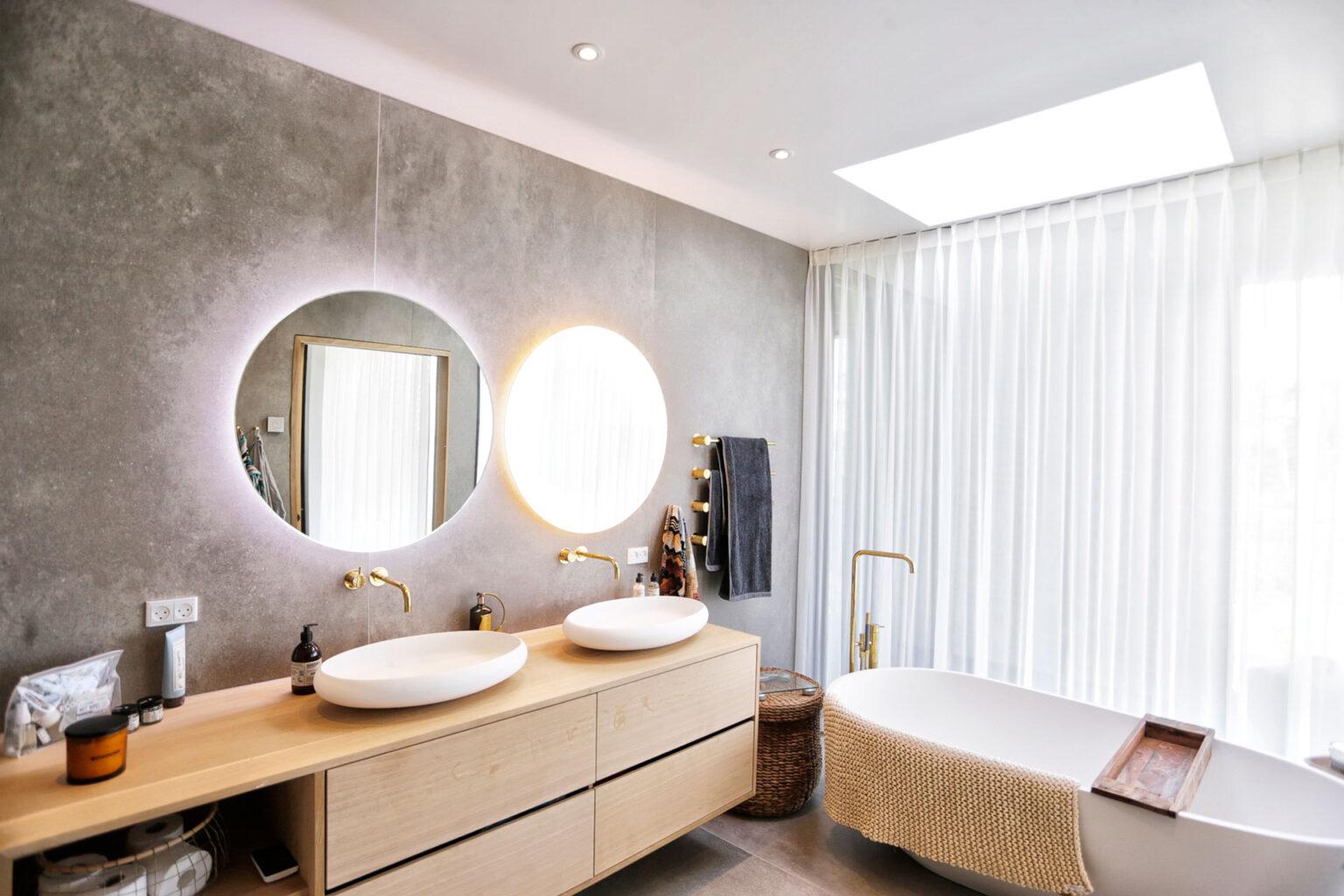 Et lyst og moderne badeværelse gør morgenerne bedre